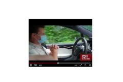 Fahrer-ohne-Haende-auf-dem-Lenkrad